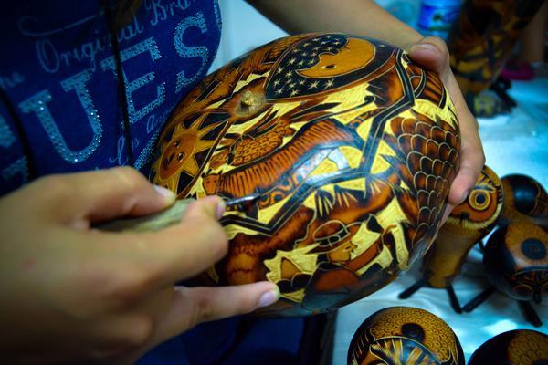 """Sus creaciones de """"calabazas mate""""— para nosotros güiras— poseen un sello propio y distintivo. ACN FOTO/Juan Pablo CARRERAS/sdl FOTO/Juan Pablo CARRERAS/sdl"""