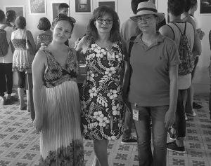 La artista Clarissa Collenzi, al centro, junto a las curadoras de su exposición en XXIII Fiesta de la Cultura Iberoamericana. Foto: cortesía de la entrevistada