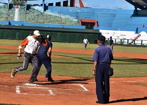 Durante la tarde se vivió una batalla encarnizada entre ambos equipos. Foto: Ernesto Herrera