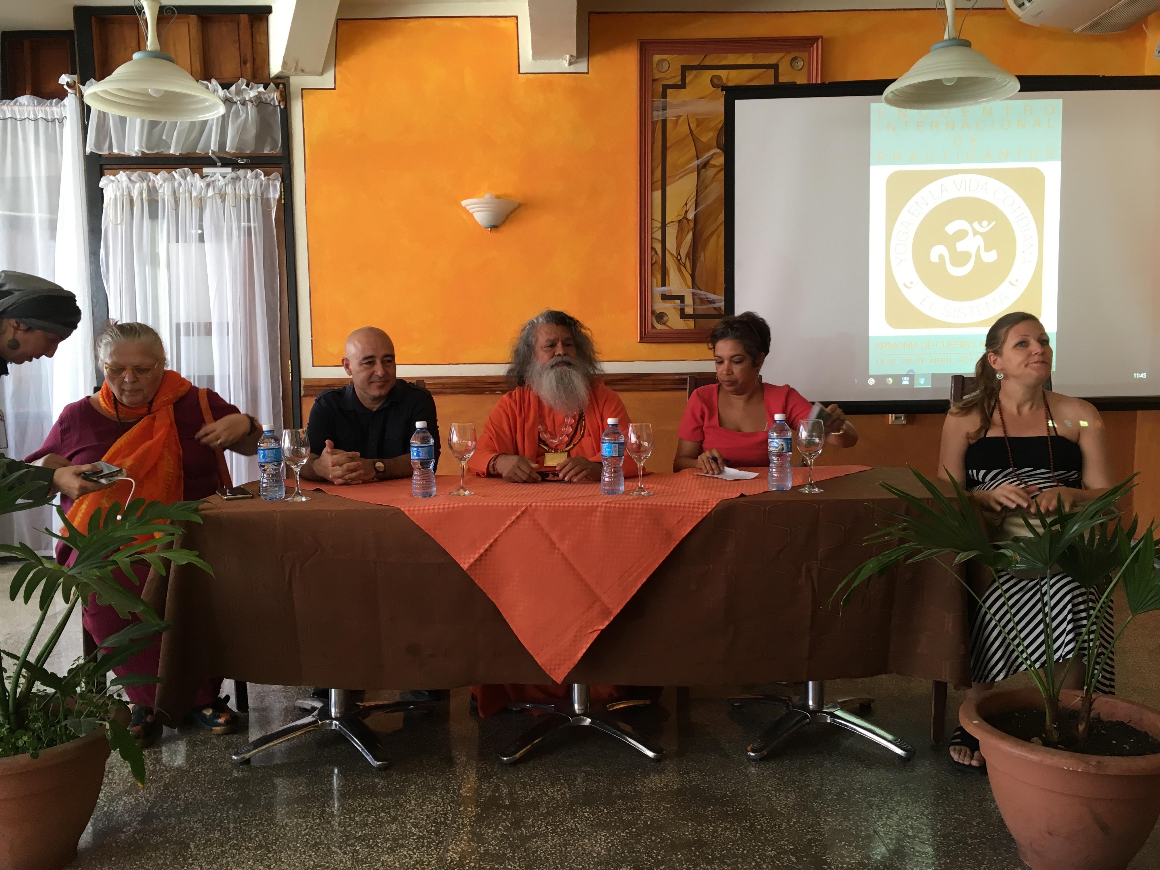 SS Vishwaguruji en conferencia de prensa Foto: Arlene Gómez